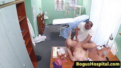 Prsatá pacientka dostane naloženo