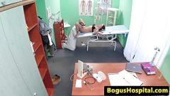 Potetovaná žena v nemocnicí šuká s doktorem